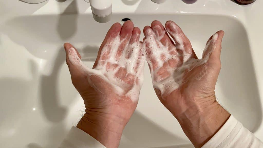 泡の化粧水をてにのばす